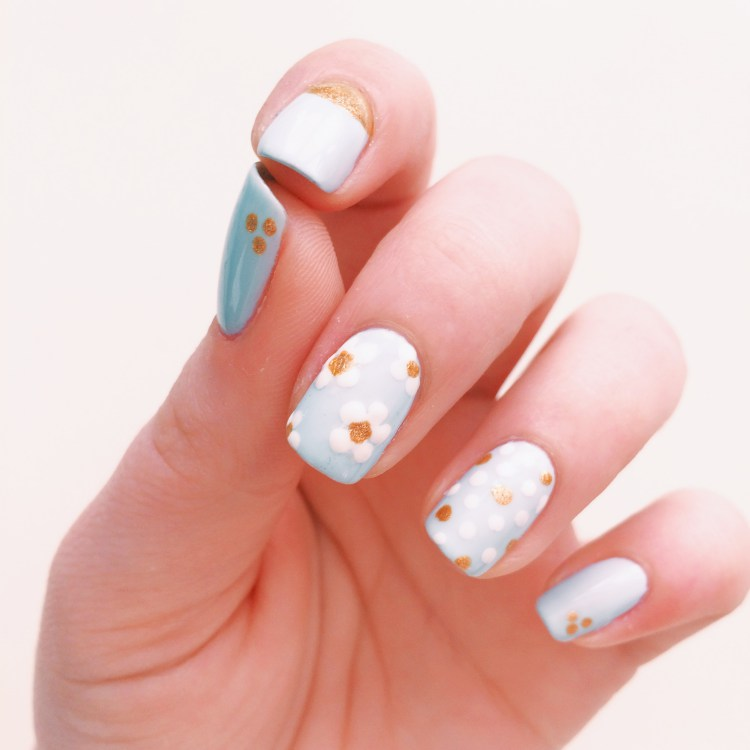 Daisy Nails Blue